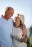 Fototapety Portrait d'un couple de seniors avec téléphone portable