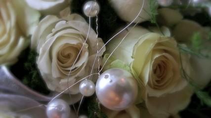 weiße Rosen mit Perlen