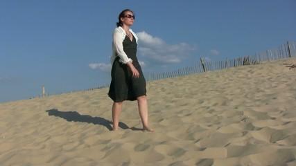 femme marchant sur la dune du Pilat