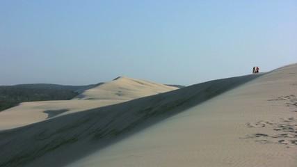 promeneurs au sommet de la dune du Pilat