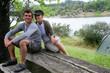 Couple de randonneurs assis près sur un banc