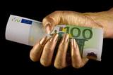 Goldene Hand hält 100 Euro fest poster