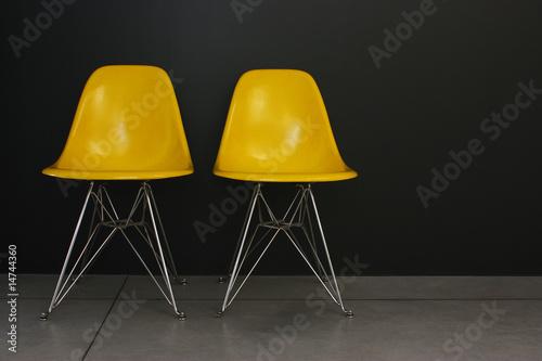 Due sedie gialle su fondo nero di maurizio targhetta foto for Sedie gialle