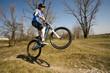 Jugendlicher springt auf dem Dirtbike