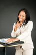 Frau in Berufsleben deutet mit Figer auf jemanden
