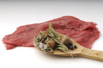 Carne cruda con erbe e spezie