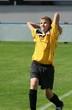 Fussballspieler wirft den Ball ein