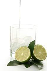 servir un cocktail, sur fond blanc