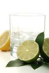 verre de rhum, cocktail et citrons sur fond blanc