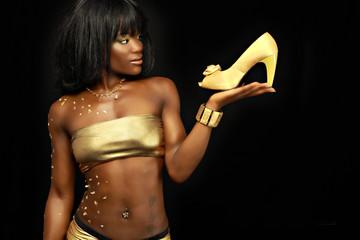 Frau mit goldenem Schuh