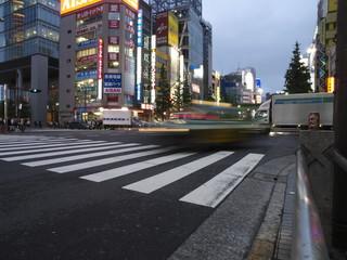 Taxi veloz atravesando paso de cebra en Tokio