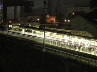 Metro circulando a toda velocidad en estacion de Tokio