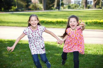 Geschwister laufen