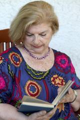 donna anziana legge un libro