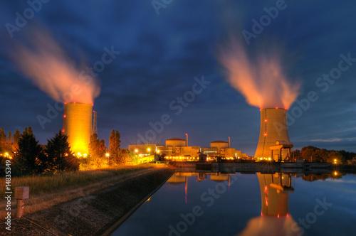 Leinwanddruck Bild Centrale nucléaire Française, un soir d'été.