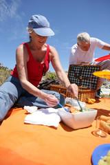 Femme senior prenant un pique-nique