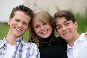 trois jeunes lycéens souriants