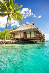Nad wodą bungalow z kroków do laguny