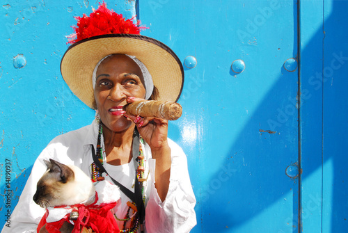 cigar lady in havana cuba - 14890937