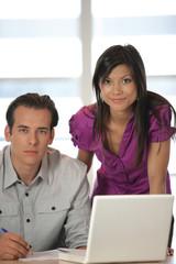 homme et femme au bureau avec ordinateur portable