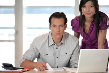 Portrait d'un homme et d'une femme avec documents