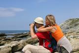 Fototapety Couple de randonneurs face à l'océan