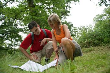 Randonneurs regardant une carte géographique