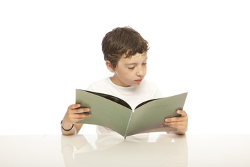 enfant devant un livre