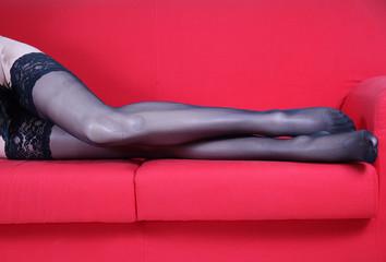 gambe sul divano