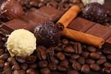 Fototapety pralinen mit kaffeebohnen,schokolade und zimt