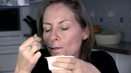 femme dégustant son yaourt nature