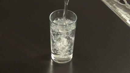 ein glas mit frischem wasser