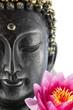 Bouddha sur fond blanc et fleur de lotus