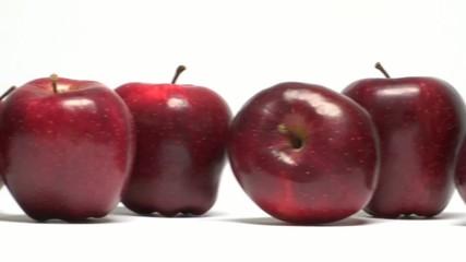 fila di mele rosse