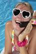 Mujer Hablando por Telefono en el Verano