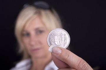 Frau mit Münze