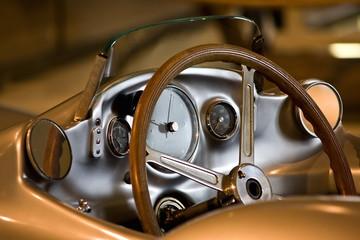 Cockpit eines alten Sportwagens