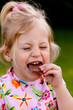 Kind beim Essen von Schokolade