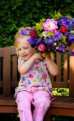 Kind mit Blumenstrauß. Geschenk für Muttertag
