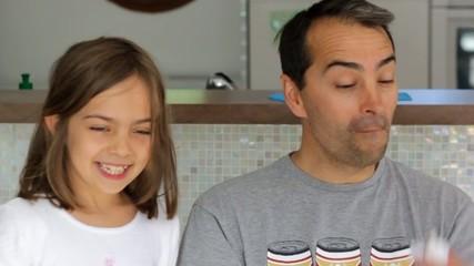 papa jouant avec sa petite fille