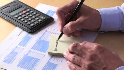 """jungunternehmer notiert """"business-plan"""" auf einen notizzettel"""