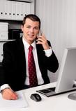 Fototapety Geschäftsmann im Büro mit Telefon