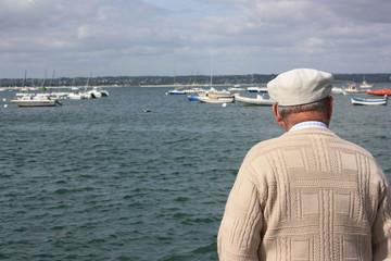 retraité promenade en bord de mer