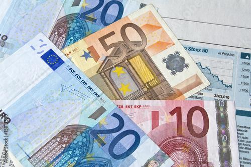 Geld auf Zeitung