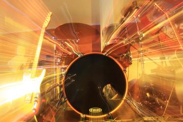 Band mit Gitarre und Schlagzeug mit Strahefekt