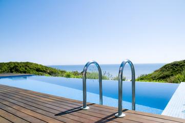Swimming-Pool mit Meerblick