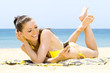 Quadro Hübsche Frau schreibt sms am Strand