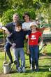Portrait de famille dans un jardin