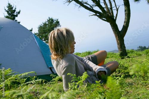In de dag Indiërs Jeune femme allongée devant une tente de camping