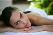 Belle jeune femme sur un banc de massage